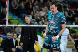 Volley: dopo una partenza tutto sommato regolare, ora la pandemia di CoVid blocca squadre e partite anche nella pallavolo.