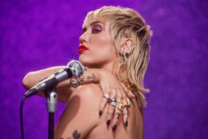 """Edge of Midnight"": il remix di ""Midnight Sky"" di Miley Cyrus feat. Stevie Nicks"