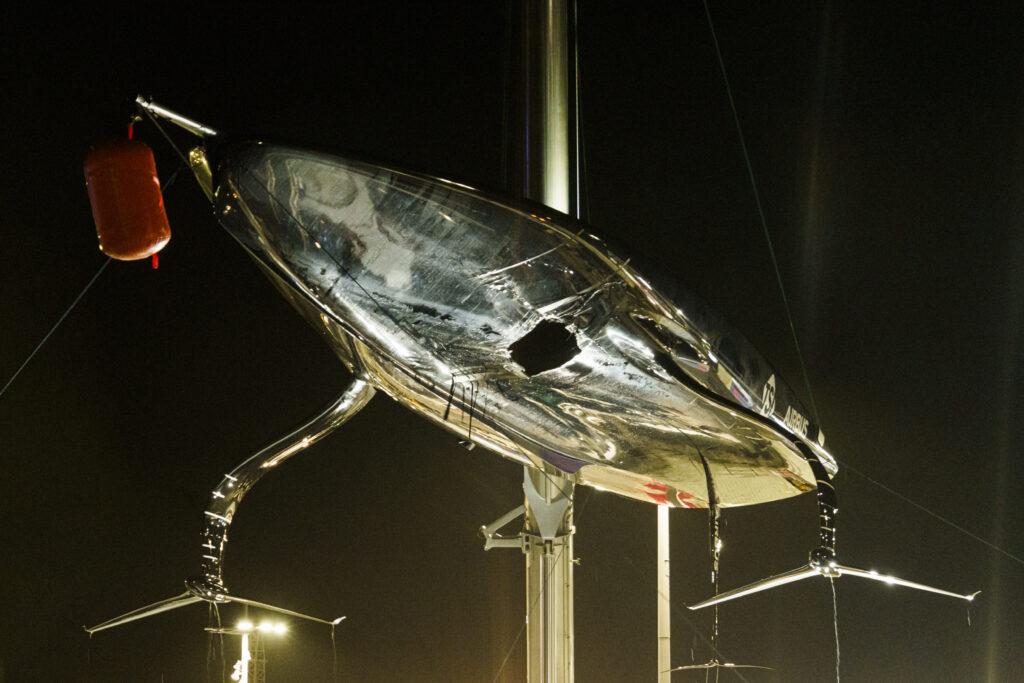 Lo scafo di American Magic danneggiato dopo la regata con Luna Rossa